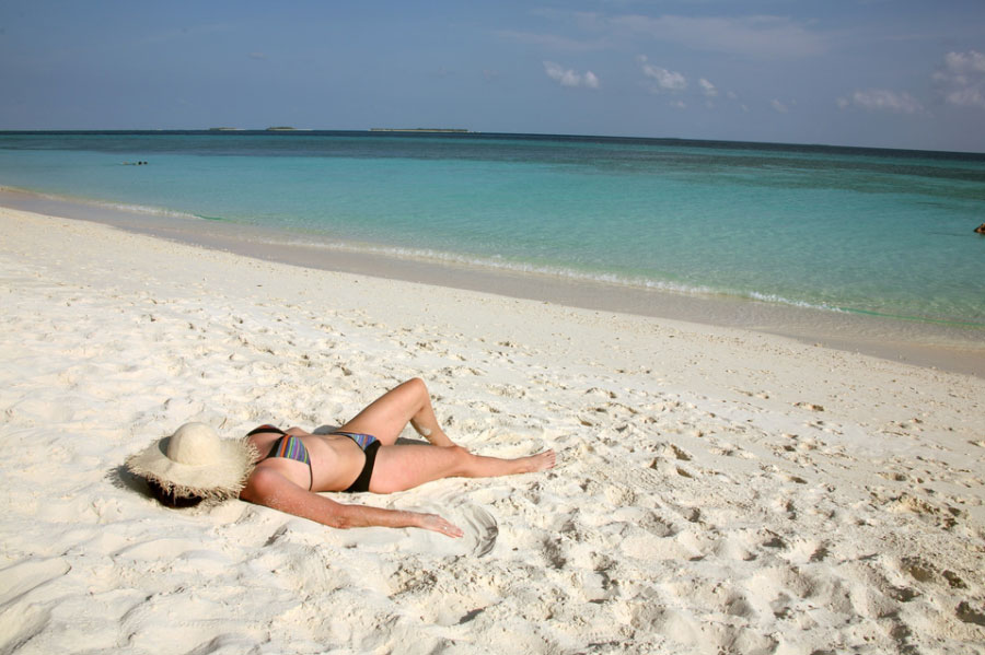 Frau am Strand liegend Rheuma Akademie
