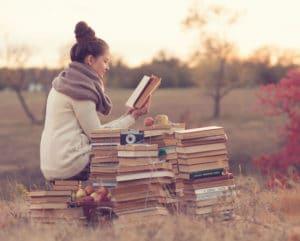 Frau mit Bücher Rheuma Akademie