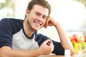 Mann mit Omega 3 Pillen Rheuma Akademie